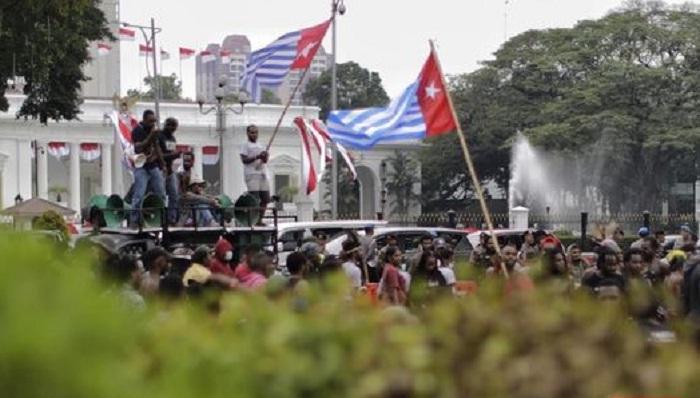 Pengibaran Bendera Bintang Kejora di depan Istana Negara. (FOTO: CNN Indonesia)