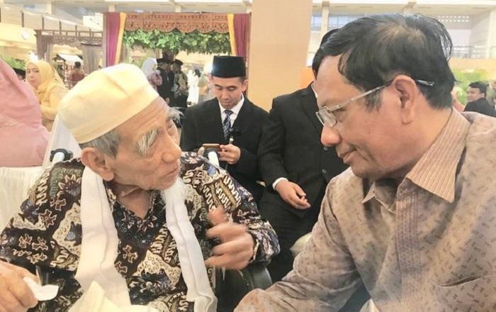 Pertemuan Mahfud MD yang terakhir dengan Kiai Maimoen Zubeir (Mbah Moen). (FOTO: @mohmahfudmd)