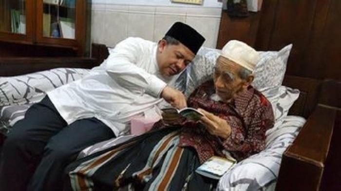 Wakil Ketua DPR RI Fahri Hamzah saat berkuncung ke kediaman Mah Moen. (FOTO: Dok Pribadi)