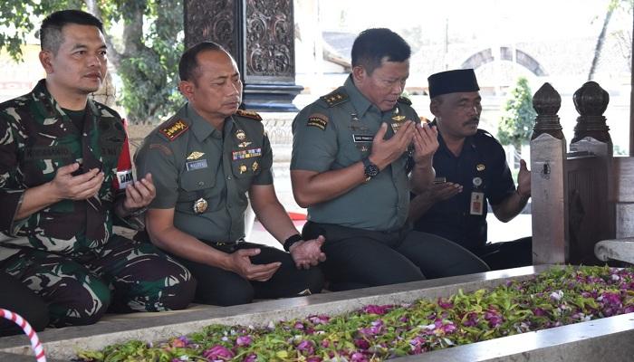 Mayjen Suko Pranoto ziarahi makam Bung Karno, sang proklamtor Indonesia di Kelurahan Bendogerit, Kecamatan Sananwetan, Kota Blitar didampingi Kolonel Inf Masduki. (Foto: Istimewa)