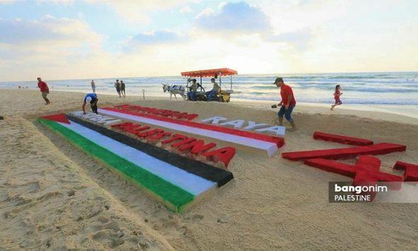 Seorang pemuda Palestina bernama Yazed menghabiskan waktunya seharian penuh, mulai pagi hingga sore hari untuk membuat sebuah karya menakjubkan di HUT RI ke-74, pada Sabtu (17/8) kemarin di Pantai Gaza. (Foto: Bangonim Palestine)