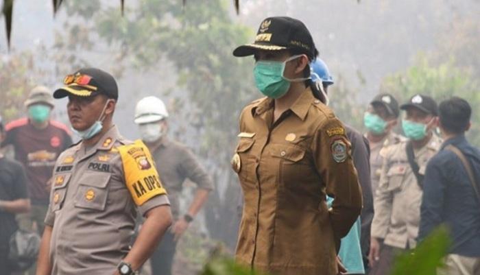 Bupati Landak Karolin Margret Natasa Saat Tinjau Kebakaran Hutan di Kalimantan Barat. (Foto: NUSANTARANEWS.CO/Eddy Santri)