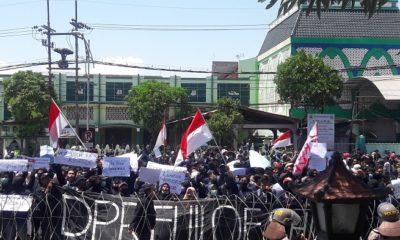 DPRD Jatim Tolak Sidang Rakyat Yang Digelar Mahasiswa #SurabayaMenggugat. (FOTO: NUSANTARANEWS.CO/Setya)
