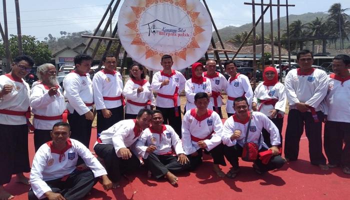 Komandan Sekolah Staf dan Komando Angkatan Laut (Seskoal) Laksda TNI Amarulla Octavian menerima penyematan Tingkatan Kehormatan Pendekar Pencak Silat dari PPS Bela Diri Tangan Kosong Merpati Putih pada tanggal 29 September 2019 di Padepokan Parangkusumo, Yogyakarta. (Foto: Istimewa)