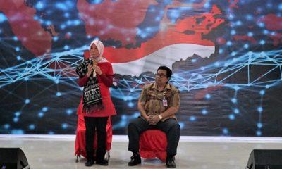 Direktur Consumer Service Telkom Siti Choiriana (kiri) bersama Plt. Asisten Perekonomian & Pembangunan Sekda Rote Ndao Dominggus Modok dalam acara dengan peluncuran layanan IndiHome di Kabupaten Rote Ndao, Nusa Tenggara, Kamis (19/9). (FOTO: Dok. Telkom)