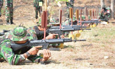 Ketika Dandim 0812/Lamongan Pantau Kemampuan Menembak Prajurit. (FOTO: NUSANTARANEWS.CO)