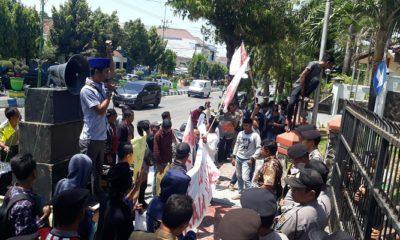 Massa aksi di depan gedung DPRD masyarakat Giliraja, Senin (30/9). (Foto: Danial Kafi/NUSANTARANEWS.CO)