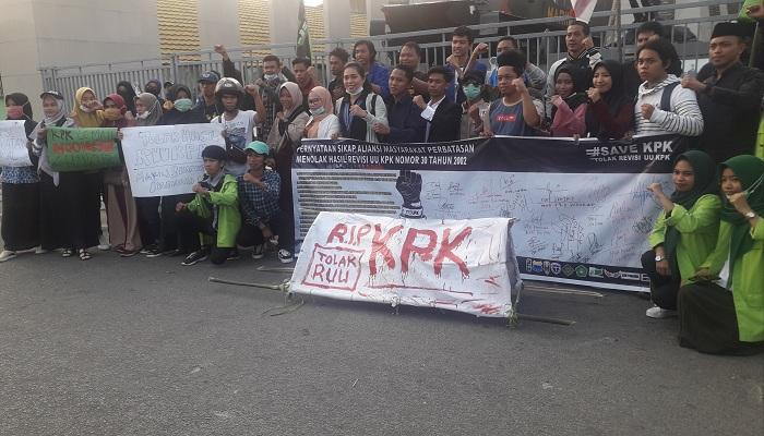 Berbagai elemen kemahasiawaan dan para pegiat anti korupsi di Nunukan, Kalimantan Utara lakukan aksi menolak RUU KPK. (Foto: Eddy S/NUSANTARANEWS.CO)