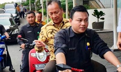 Naik Motor Tanpa Helm Mensos Agus Gumiwang 'Disemprit' Netizen