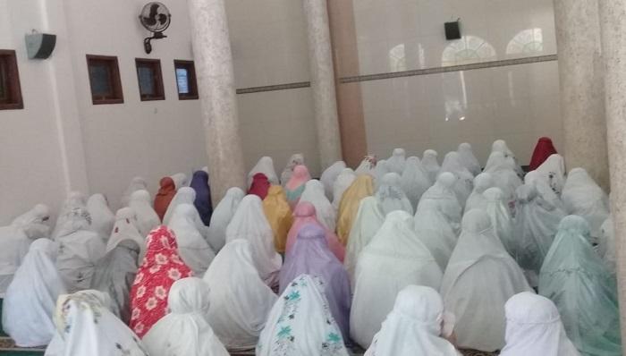 Shalat Ghaib Santri Madrasah di Ponorogo untuk BJ Habibie. (FOTO: NUSANTARANEWS.CO/Saiful)