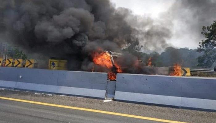 Maut di Tol Cipularang 9 orang tewas 8 luka-luka, 21 kendaraan terlibat tabrakan beruntun, Senin (2/9/2019) sekitar Jam 13.05 siang. (Foto: Fuljo P/NUSANTARANEWS.CO)