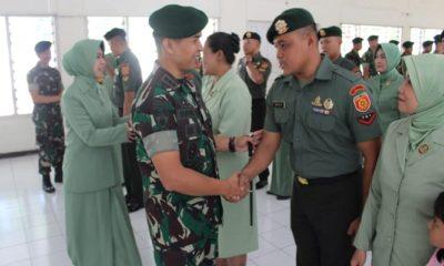 Komandan Resimenarmed 1/PY/2-Kostrad Kolonel Arm Didik Harmono memimpin langsung upacara kenaikan pangkat terhadap 19 prajurit terdiri dari 6 orang Bintara dan 12 orang Tamtama. (Foto: Istimewa)