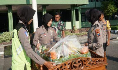 Rombongan Polrestabes Surabaya beramai-ramai mendatangi Korem 084/Bhaskara Jaya, Jumat (4/10). (Foto: Istimewa)
