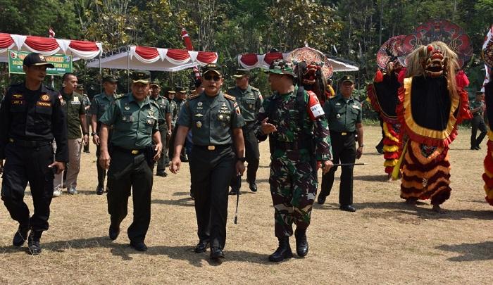 Danrem 082/CPYJ: TMMD, Sejarah Kemanunggalan TNI dan Rakyat. (FOTO: NUSANTARANEWS.CO)