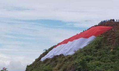 Bendera Merah Putih Raksasa Membentang di Perbatasan RI-Malaysia