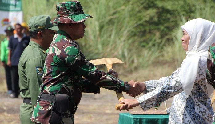 Gubernur Jawa Timur Khofifah Indar Parawansa membuka secara resmi pelaksanaan kegiatan TNI Manunggal Membangun Desa (TMMD) ke 106. (FOTO: NUSANTARANEWS.CO/Setya)
