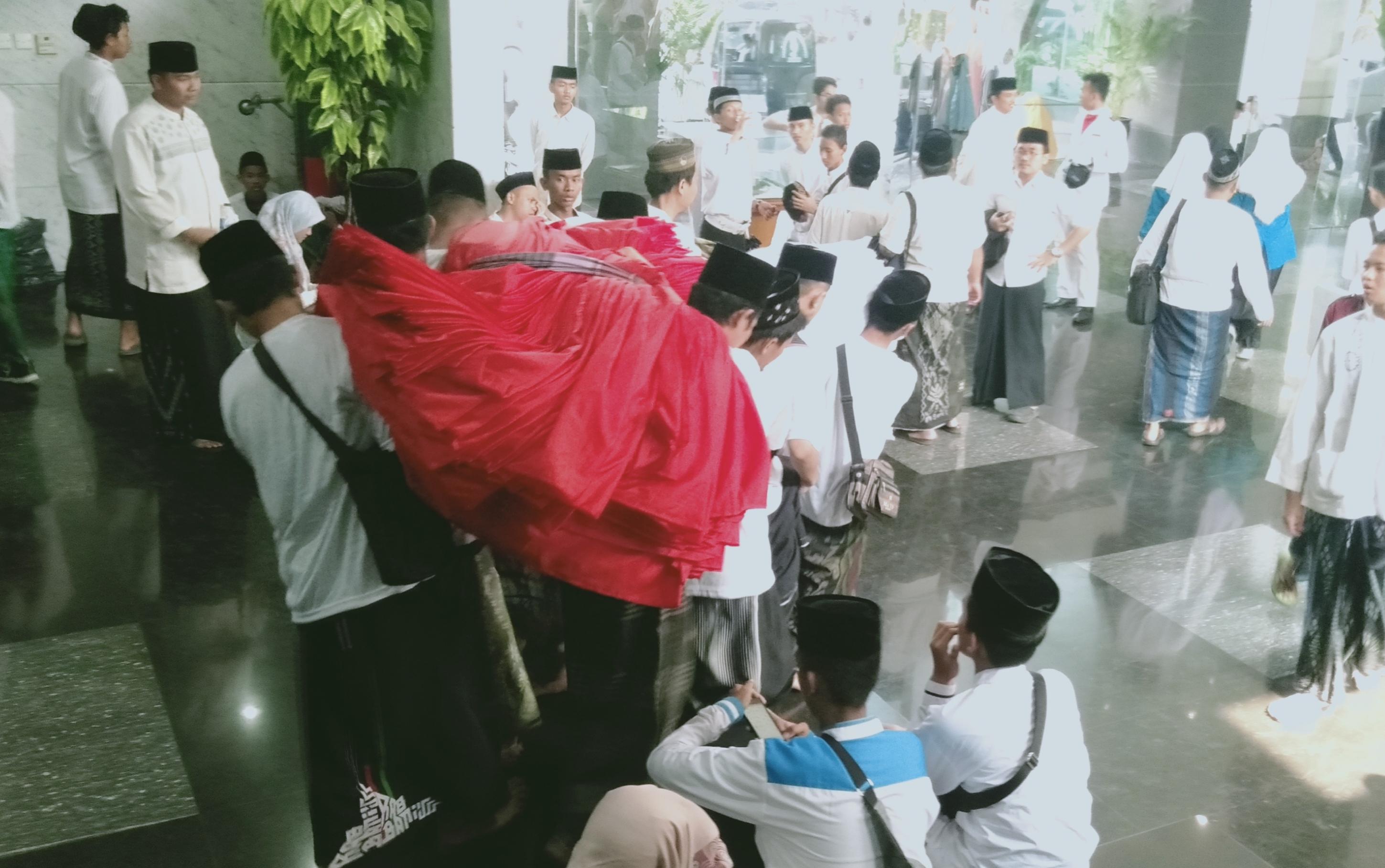 Para Santri Membopong Gulungam Bendera Merah Putih Saat Acara Parade Hari Santri 2019 di Arena CFD Thamrin Jakarta Pusat. (Foto: Romadhon/NUSANTARANEWS.CO)