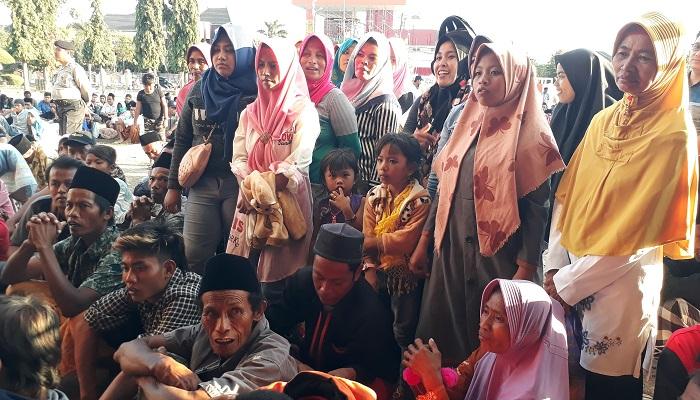 Berita Foto: Kecewa Soal Pilkades, Ribuan Warga Geruduk Kantor Bupati Sumenep. (Foto: M Mahdi/NUSANTARANEWS.CO)