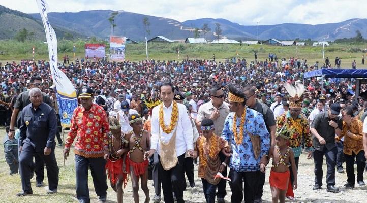 Presiden Joko Widodo dan Ibu Negara Iriana Joko Widodo mengawali hari kedua kunjungan kerjanya di Provinsi Papua dan Papua Barat dengan bertolak menuju Kabupaten Pegunungan Arfak.