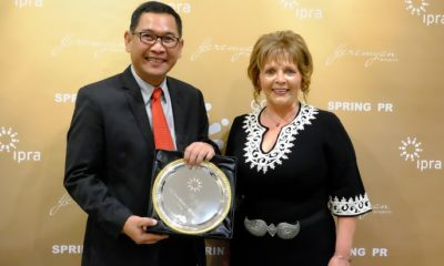 President International Public Relations Association (IPRA) Svetlana Stavreva menyerahkan penghargaan Internasional IPRA Golden World Award (GWA) 2019 kepada Vice President Corporate Communication Telkom Arif Prabowo (kiri) di Yerevan, Armenia (27/9). (FOTO: Dok. Telkom)