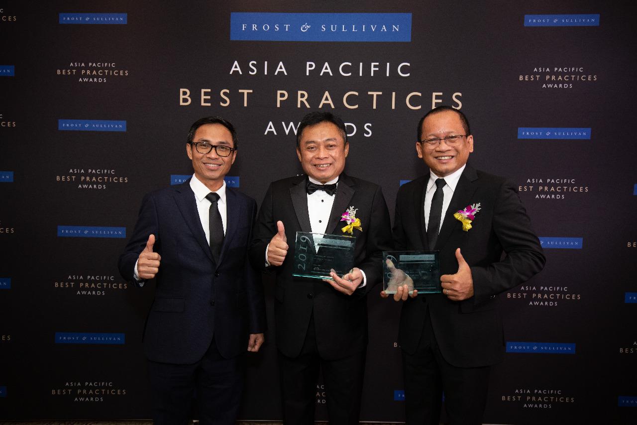 Direktur Utama Telkom Indonesia Ririek Adriansyah (tengah) bersama Direktur Digital Business Telkom Indonesia Faizal R. Djoemadi (kiri) dan Direktur Utama Telkomsigma Sihmirmo Adi (kanan) usai menerima penghargaan dalam ajang Frost & Sullivan Asia-Pacific Best Practices Awards 2019 di St. Regis, Singapura, Kamis (14/11).