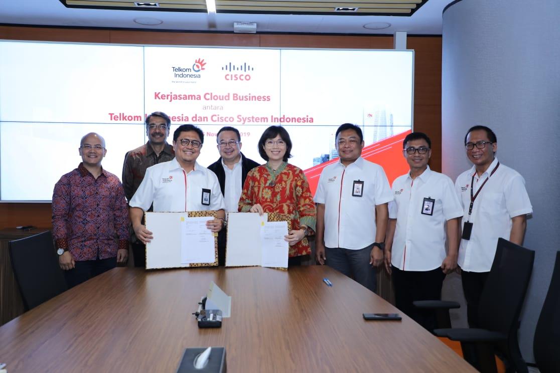 Komisaris Utama Telkom Indonesia Rhenald Kasali (tengah, baris belakang), Direktur Utama Telkom Indonesia Ririek Adriansyah (kedua dari kanan, baris belakang), Direktur Digital Business Telkom Indonesia Faizal R. Djoemadi (paling kanan, baris belakang), Managing Director Service Provider Cisco ASEAN Dharmesh Malhotra (kedua dari kiri, baris belakang), dan Director Operation - Service Provider Cisco Systems Indonesia Meygin Agustina (paling kiri, baris belakang) menyaksikan penandatanganan Non Disclosure Agreement kerjasama pengembangan bisnis cloud antara Telkom Indonesia dan Cisco Systems Indonesia yang dilakukan oleh SVP Media & Digital Business Telkom Indonesia Joddy Hernady (baris depan, kiri) bersama Country Services Delivery Manager Cisco Systems Indonesia Marcos Samosir (baris depan, kanan) di Jakarta, Senin (25/11).