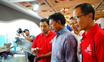 Menteri Komunikasi dan Informatika RI Johnny G. Plate (tengah) saat mengunjungi booth Smart City Nusantara dalam acara Closing Ceremony Gerakan Menuju 100 Smart City di Jakarta, Selasa (6/11).