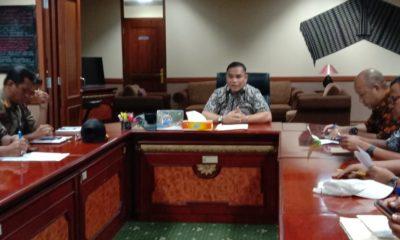 Asisten II Bidang Ekonomi Dan Pembangunan Pemkab Nunukan, Robby Nahak, saat memimpin rapat perihal kelangkaan Gas Elpiji 3 Kg di Nunukan.