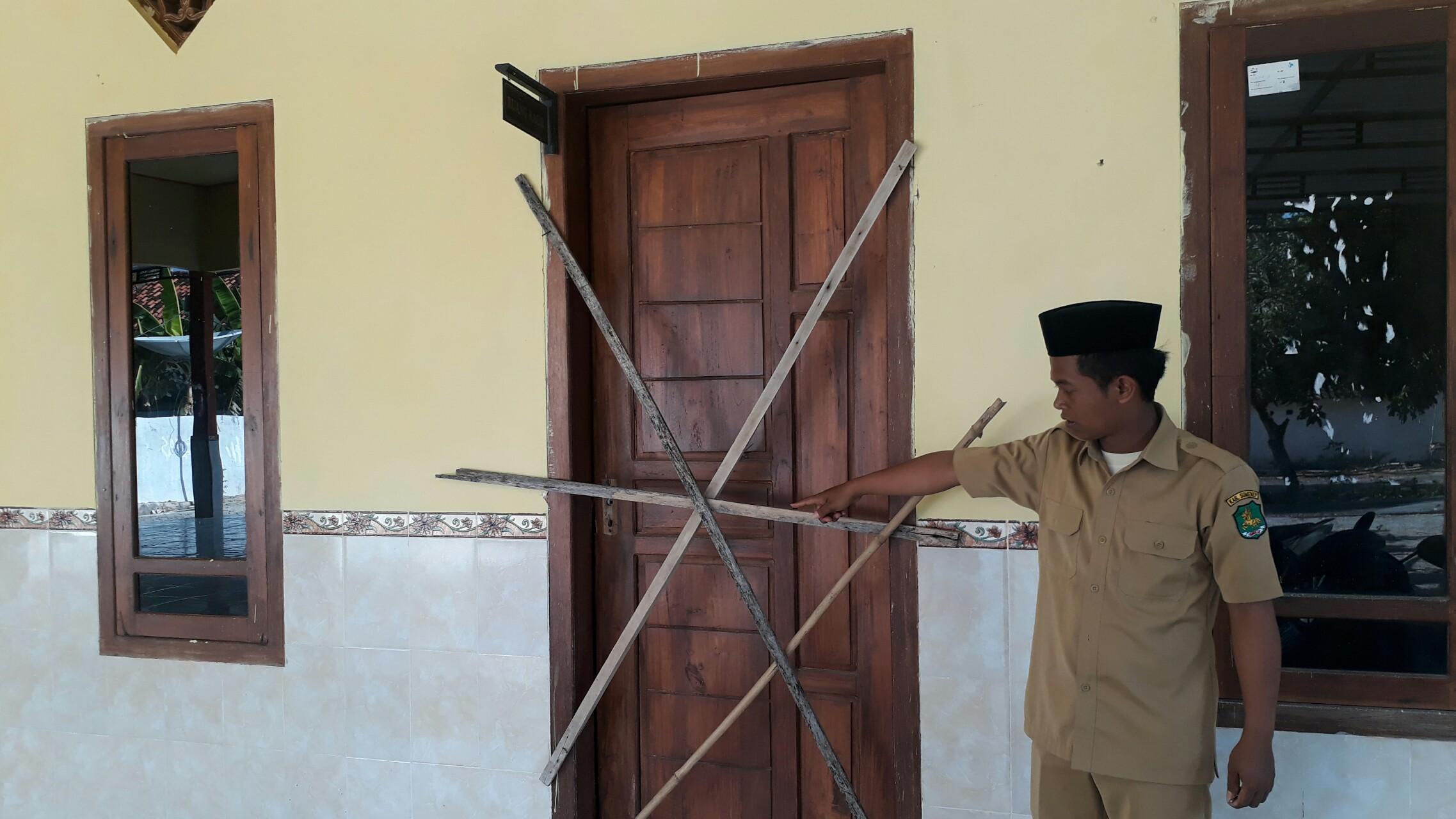 Salah satu perangkat desa menunjukkan salah satu ruangan yang bobol pencuri.