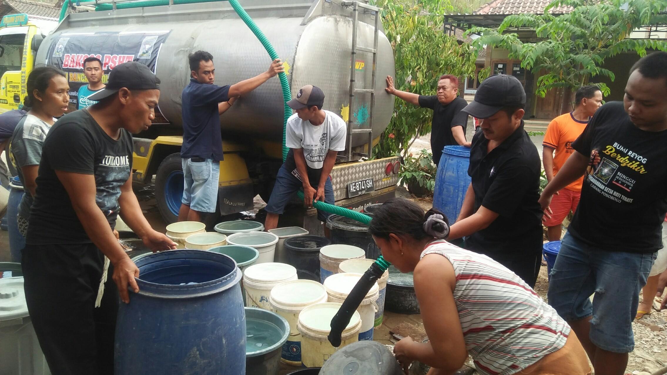 Bantu Atasi Kekeringan, Pesilat PSHT Rayon Bancar Ponorogo Dropping Air Bersih