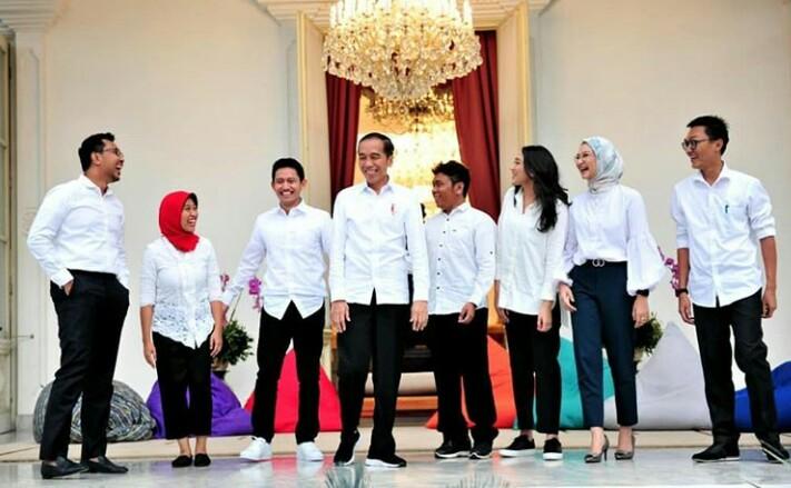 Jokowi mengenalkan staf khusus di Istana Kepresidenan, Jakarta, Kamis (21/11).