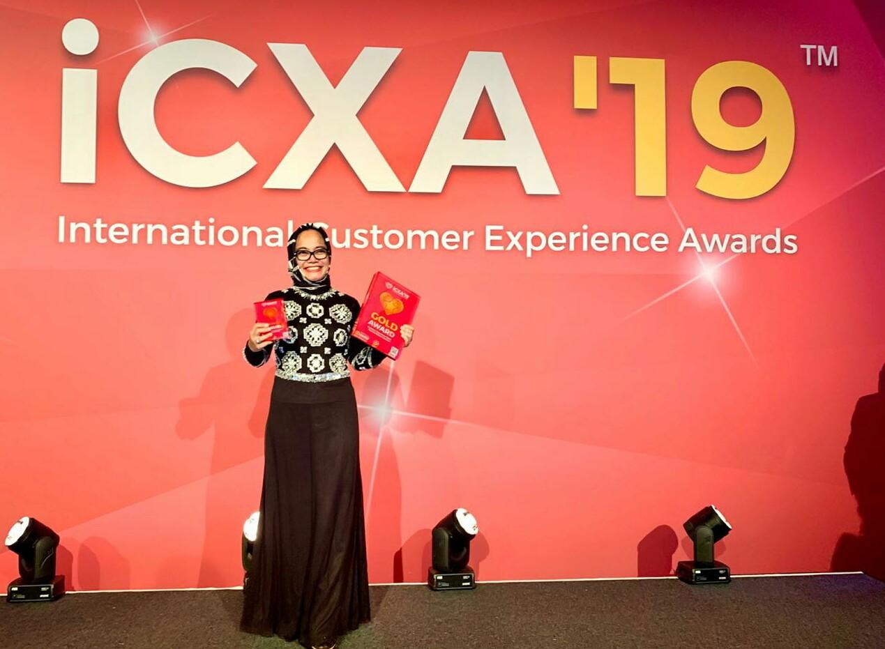 Project Director Customer Experience Transformation TelkomGroup Sri Safitri usai menerima Penghargaan International Customer Experience (CX) Awards 2019 di Amsterdam, Kamis (21/11). Telkom meraih penghargaan Gold Medal untuk Kategori Best CX Strategy dan Best CX Team serta Bronze Medal untuk Kategori Best CX Transformation.