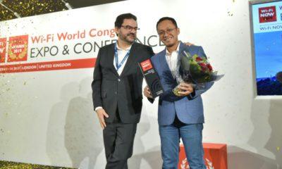 Senior Manager Wireless Product Management Telkom Irwan Indriastanto (kanan) saat menerima penghargaan Wi-Fi NOW Award 2019 untuk kategori Best Wi-Fi Service Provider yang diserahkan oleh CEO & Chairman Wi-Fi NOW Claus Hetting (kiri) di London, Inggris (13/11).