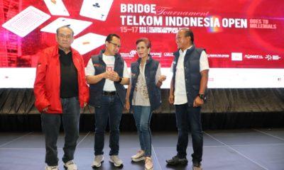 "Direktur Human Capital Manajemen Telkom Indonesia Edi Witjara (kedua dari kiri) bersama Ketua Umum Pengurus Besar Gabungan Bridge Seluruh Indonesia (PB GABSI) Miranda Goeltom (kedua dari kanan), Ketua Badan Pembina GABSI Michael Bambang Hartono (paling kiri), serta Ketua TelkomGroup Bridge Club Rakhmad Tunggal Afifuddin (paling kanan) usai membuka secara resmi turnamen bridge terbuka ""Telkom Indonesia Open"" (TIO) di Auditorium Telkom Landmark Tower, Jakarta, Jumat (15/11)."