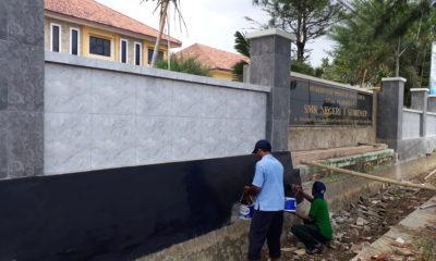 Para tukang bangunan saat berkerja pagar di depan SMKN I Sumenep