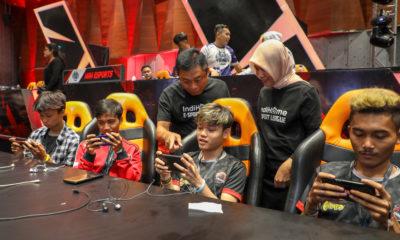 Direktur Utama Telkom Ririek Adriansyah (ketiga dari kiri) dan Direktur Consumer Service Telkom Siti Choiriana (kedua dari kanan) bebincang dengan peserta turnamen saatgrand finalIndiHome eSports League Games di Jakarta, Jumat (6/12).