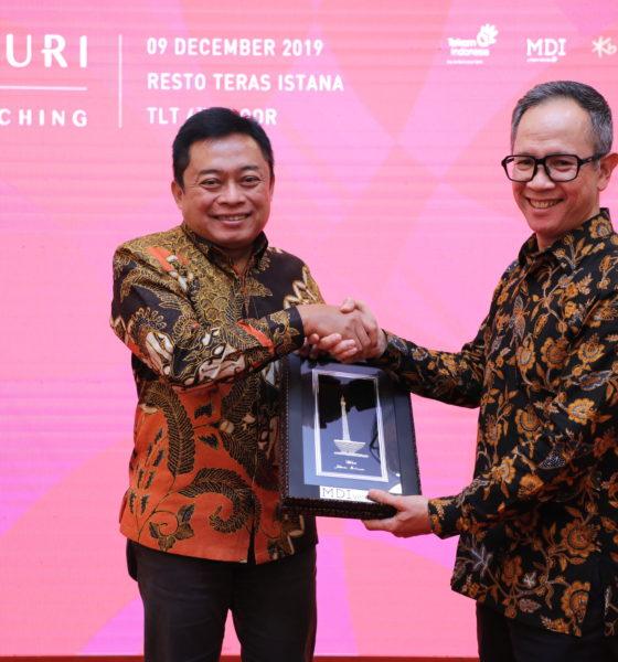 Direktur Utama Telkom Ririek Adriansyah (kiri) menyerahkan cindera mata kepada Wakil Menteri Luar Negeri RI Mahendra Siregar usai peluncuran Centauri Fund di Jakarta, Senin (9/12). Centauri Fund bertujuan untuk investasi di perusahaan startup di seluruh ASEAN, dengan fokus di Indonesia sebagai pasar terbesar ASEAN.