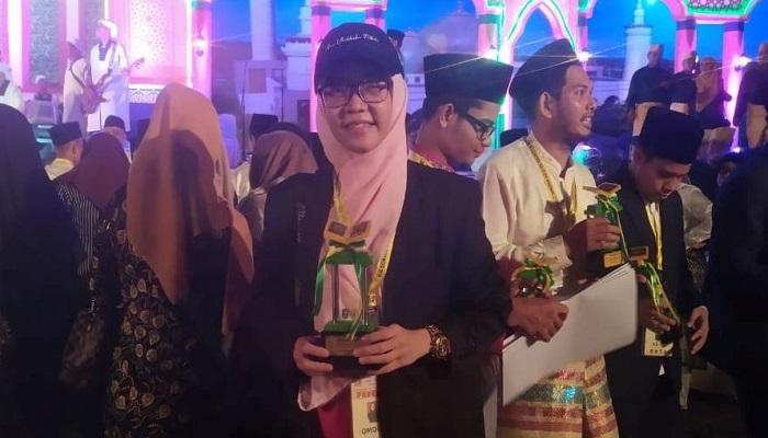 Aci Cahaya setelah menerima piala di malam penutupan MTQ Riau ke-38 Kampar 2019. (Dok. Istimewa)
