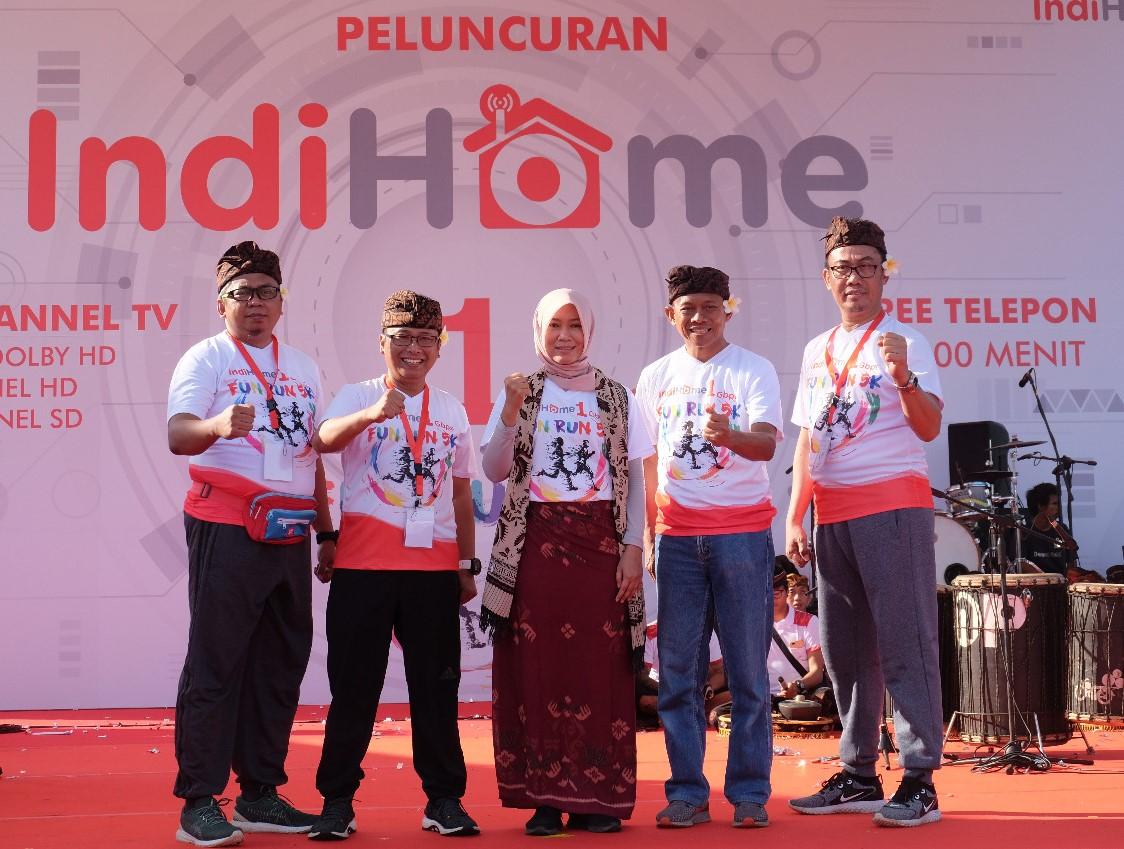Direktur Consumer Service Telkom Siti Choiriana (tengah) bersama Executive Vice President Telkom Regional III Jawa Barat Pontjo Suharwono (paling kiri), Executive Vice President Telkom Regional IV Jateng & DIY Djatmiko (kedua dari kiri), Executive Vice President Telkom Regional V Jatim, Bali, Nusra Suparwiyanto (kedua dari kanan), dan Executive Vice President Telkom Regional VII KTI Aris Dwi Tjahjanto (paling kanan) usai me-launching IndiHome 1 Gbps di Denpasar, Minggu (22/12).
