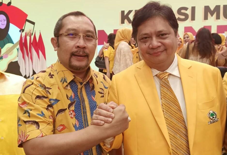 Ketum Golkar Airlangga Hartarto dan Sekretaris DPD Golkar Jatim Sahat Tua Simanjuntak. (Foto: Setya W/NUSANTARANEWS.CO)