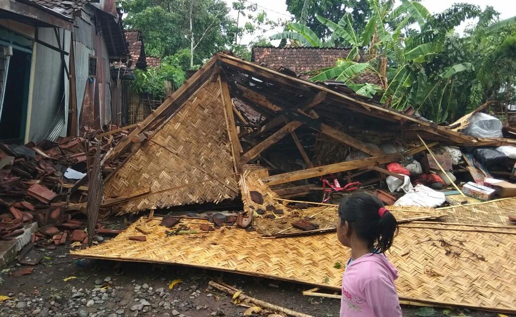 Bondowoso Diterjang Angin Puting Beliung, Puluhan Rumah Rusak