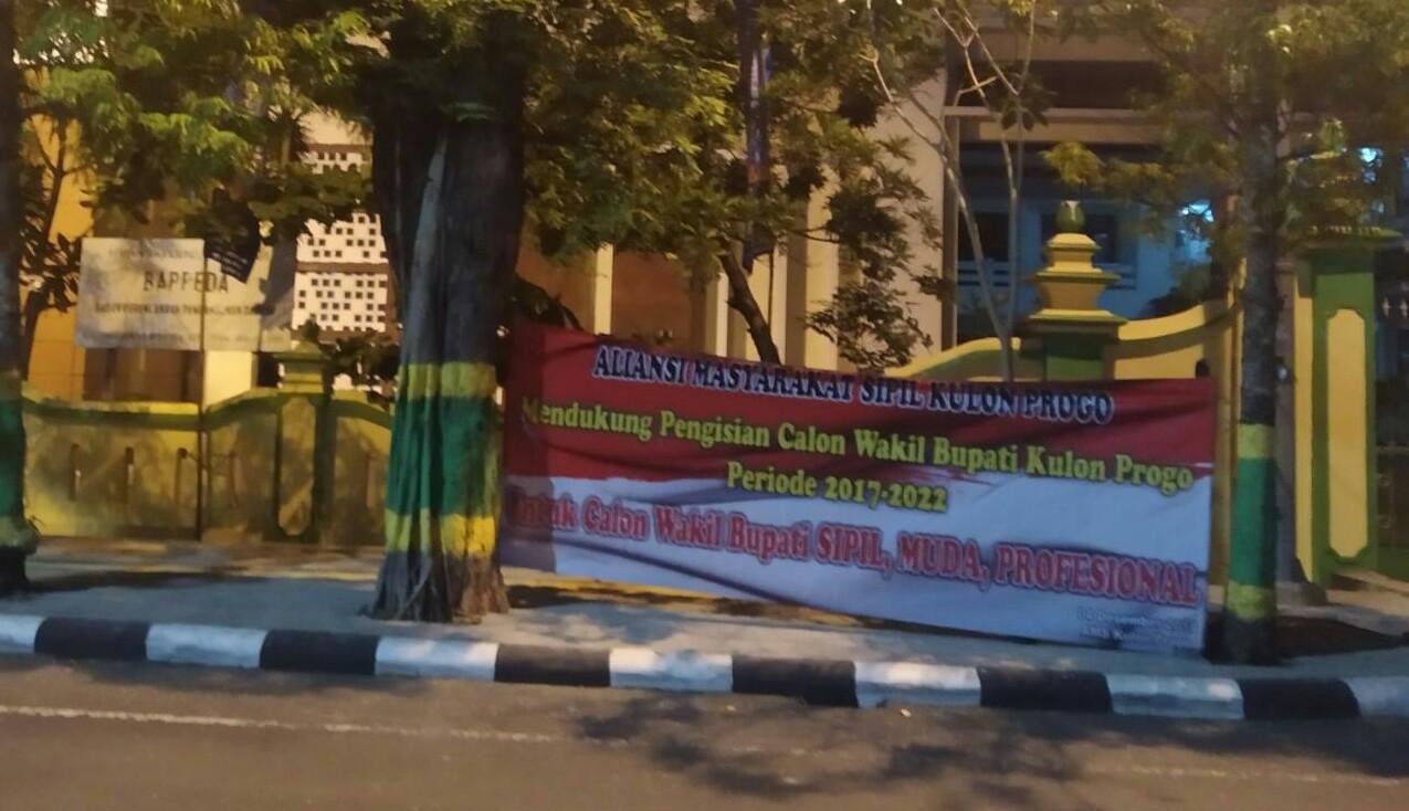 Aliansi ini memasang spanduk di depan Kantor Bupati Kulon Progo yang terletak di Jl Perwakilan Nomor 1, Terbah, Wates, Kabupaten Kulon Progo, Daerah Istimewa Yogyakarta pada Kamis (5/12/2019).