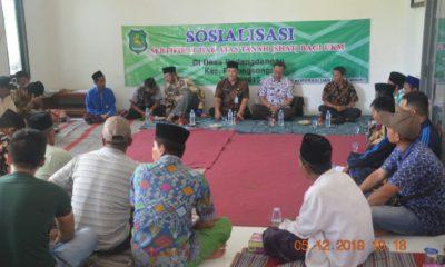 Petugas Dinas Koperasi dan Usaha Mikro Kabupaten Sumenep saat memberikan sosialisasi sertifikat hak tanah di Balai Desa Padangdangan Kecamatan Pasongsongan