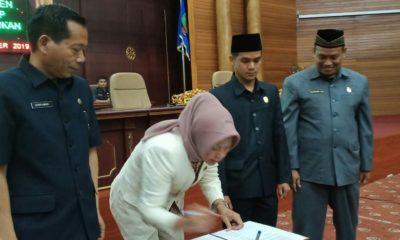 Ketua DPRD Nunukan Rachma Leppa Hafid didampingi Wakil Ketua DPRD Nunukan Irwan Sabri dan Burhanuddin serta Sekretaris Daerah Nunukan Servianus, menandatangani APBD 2020