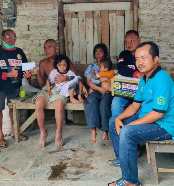 Ponorogo Peduli menyerahkan bantuan bagi korban angin buting beliung Desa Bancar