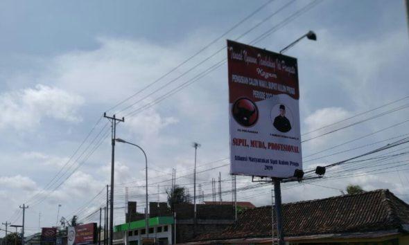 Sebuah billboard calon wakil bupati Kulon Progo berukuran besar terpampang gagah di Simpang Lima Karangnongko Wates pada Selasa (10/12/2019).