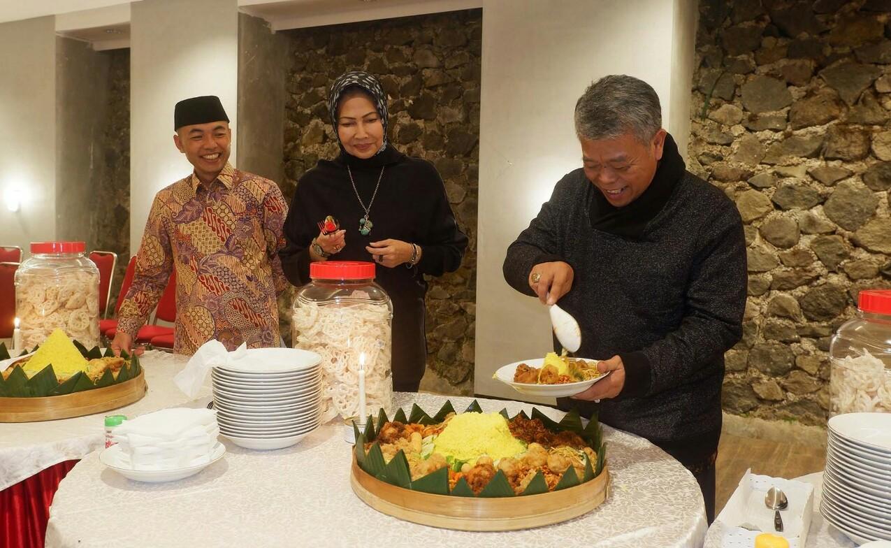 pengoperasian Wisma Perjuangan yang berada di Dusun Dresel, Desa Oro-oro Ombo, Kota Batu dimulai dengan pemotongan tumpeng oleh Ketua DPD PDI Perjuangan Jawa Timur, Kusnadi, Kamis (26/12/2019) malam.