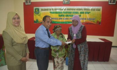 Kadis Koperasi Fajar Rahman saat memberikan bantuan modal bagi penerima manfaat