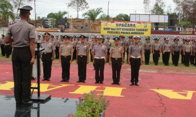Kapolres Nunukan AKBP Teguh Triwantoro saat memimpin uapacara kenaikan pangkat 100 anggotanya di Lapangan Tri Brata Polres Nunukan, Senin (30/12/2019)
