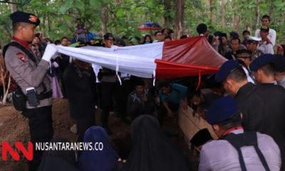 Satu Anggota Brimob Tewas Tersambar Petir Warga Ponorogo Berduka. (Foto: NUSANTARANEWS.CO/Nurcholis)